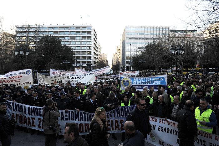 Διαμαρτυρία ενστόλων στο Σύνταγμα για το μισθολόγιο τους (φωτό) - εικόνα 4