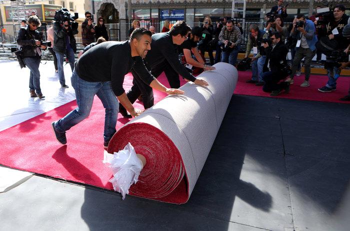 Στρώνουν το κόκκινο χαλί για τα Οσκαρ στο Dolby Theater - εικόνα 2