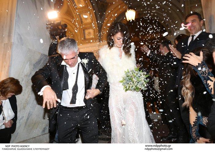 Παντρεύτηκε ο Γιάννης Τόγκος: Το νυφικό που σχεδίασε για τη δική του νύφη - εικόνα 5