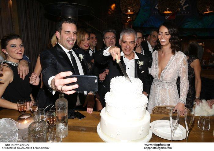 Παντρεύτηκε ο Γιάννης Τόγκος: Το νυφικό που σχεδίασε για τη δική του νύφη - εικόνα 7