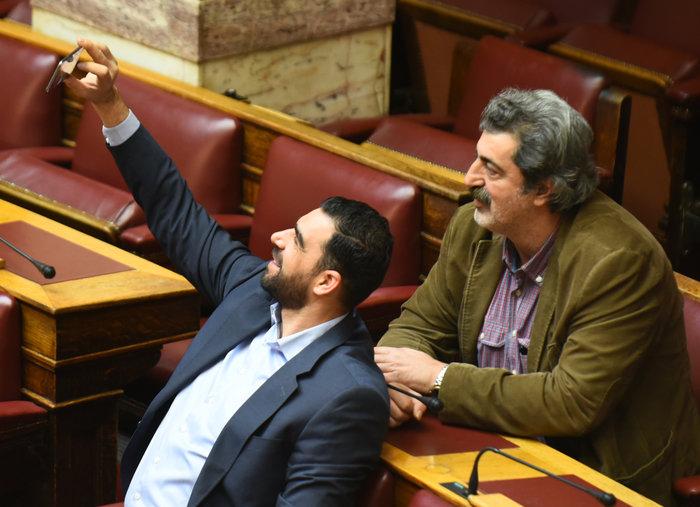 O Πολάκης ποζάρει γλυκά για μια selfie στη Βουλή