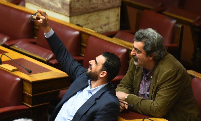 O Πολάκης ποζάρει γλυκά για μια selfie στη Βουλή - εικόνα 2