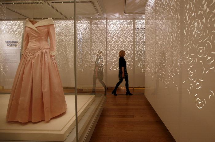 Έκθεση με τα πιο εντυπωσιακά φορέματα της πριγκίπισσας Νταϊάνα -φωτό- - εικόνα 3
