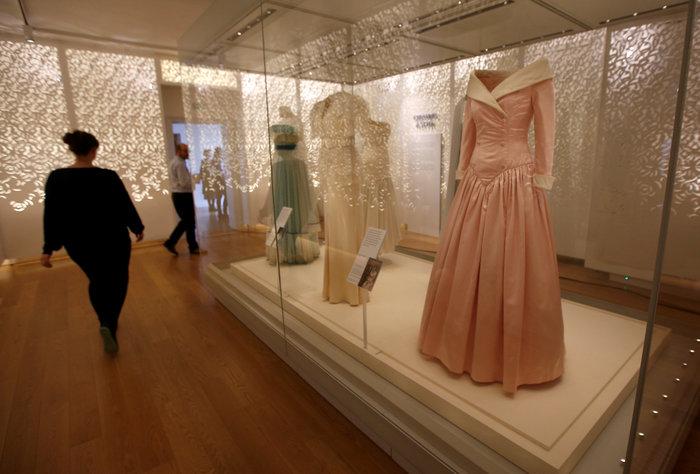 Έκθεση με τα πιο εντυπωσιακά φορέματα της πριγκίπισσας Νταϊάνα -φωτό- - εικόνα 7