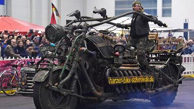 tank-bike-mia-diaforetiki-motosukleta-ftiagmeni-apo-tethwrakismena