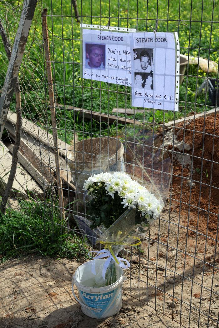 Λουλούδια στον τόπο που βρέθηκαν τα οστά του 20χρονου Βρετανού - εικόνα 2