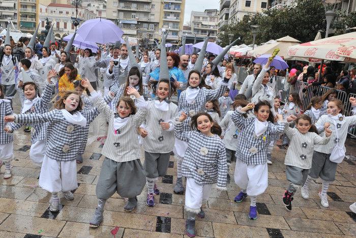 Ξεφάντωμα στη μεγάλη καρναβαλική παρέλαση της Πάτρας - Φωτογραφίες - εικόνα 4