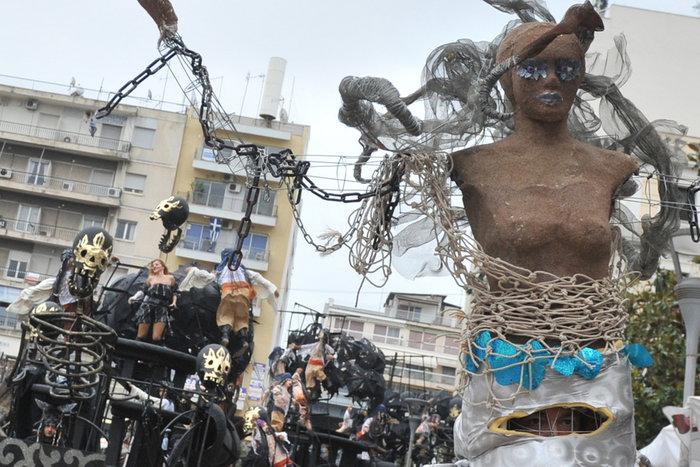 Ξεφάντωμα στη μεγάλη καρναβαλική παρέλαση της Πάτρας - Φωτογραφίες - εικόνα 6