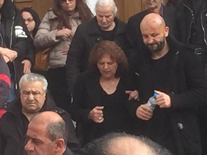 Συντριβή στην κηδεία της μαμάς και του 3χρονου αγοριού, ράκος ο πατέρας - εικόνα 2