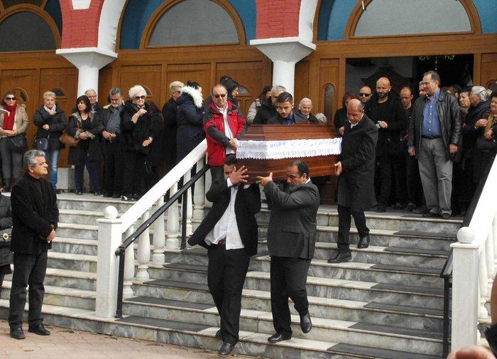 Συντριβή στην κηδεία της μαμάς και του 3χρονου αγοριού, ράκος ο πατέρας