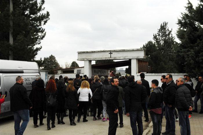 Συντριβή στην κηδεία της μαμάς και του 3χρονου αγοριού, ράκος ο πατέρας - εικόνα 7