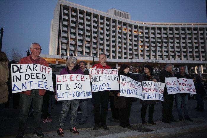 Κλούβες, ΜΑΤ και ευρηματικά πανό του ΠΑΜΕ έξω από το Χίλτον - φωτό - - εικόνα 3