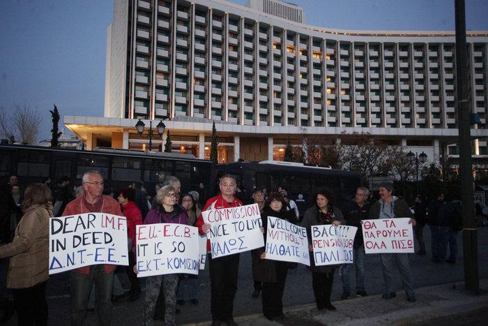 Κλούβες, ΜΑΤ και ευρηματικά πανό του ΠΑΜΕ έξω από το Χίλτον - φωτό - - εικόνα 4