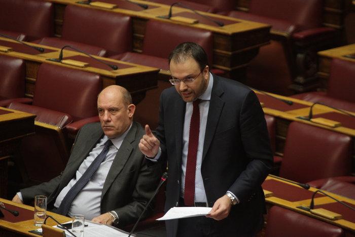 Άγρια κόντρα Καμμένου - Θεοχαρόπουλου στη Βουλή: «Κάτσε κάτω ρε»