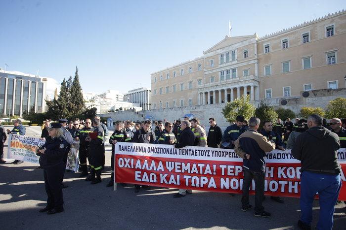 Σε κλοιό το κέντρο της Αθήνας, 5 συγκεντρώσεις-πορείες σε εξέλιξη - εικόνα 3