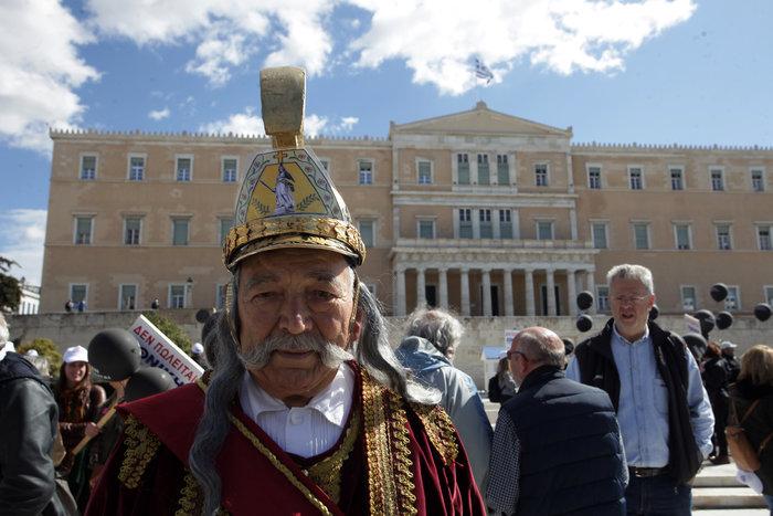Καμία σωτηρία: Ο ...Κολοκοτρώνης διαδηλώνει έξω από τη Βουλή - εικόνα 2