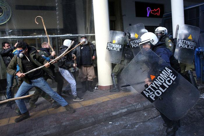 Διαδηλώσεις από Αθήνα μέχρι Θεσσαλονίκη - Σε κλοιό η κυβέρνηση - εικόνα 3