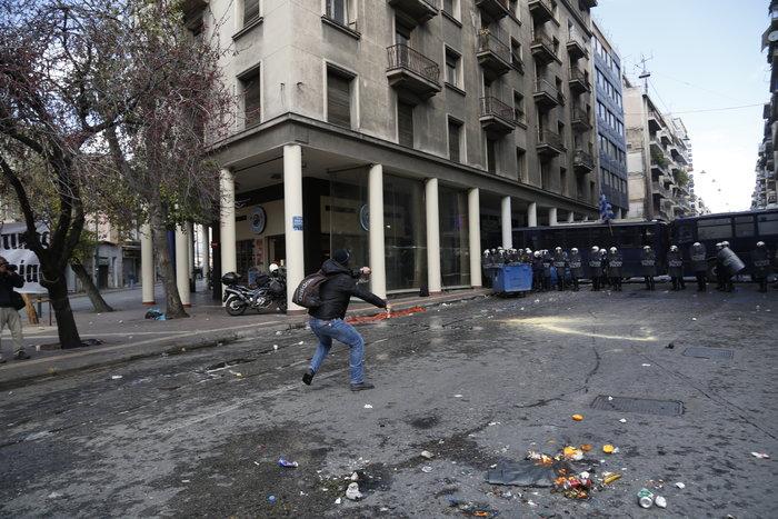 Διαδηλώσεις από Αθήνα μέχρι Θεσσαλονίκη - Σε κλοιό η κυβέρνηση - εικόνα 17