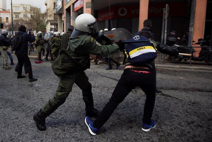 Διαδηλώσεις από Αθήνα μέχρι Θεσσαλονίκη - Σε κλοιό η κυβέρνηση - εικόνα 13