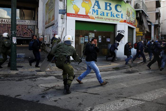 Διαδηλώσεις από Αθήνα μέχρι Θεσσαλονίκη - Σε κλοιό η κυβέρνηση - εικόνα 14