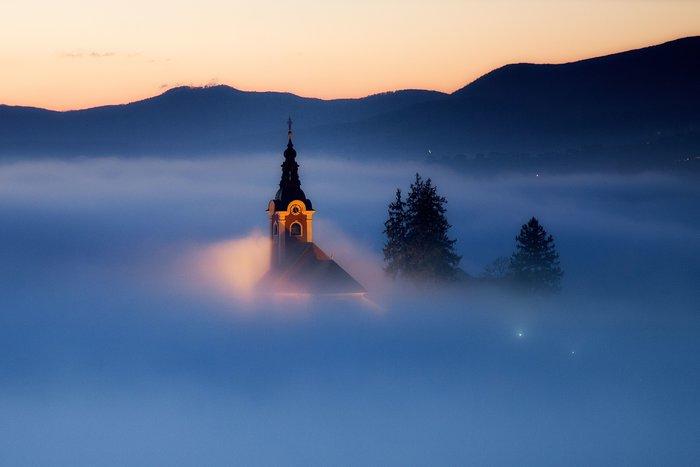 Το νυσταλέο χωριό που μοιάζει να χάνεται σε μια θάλασσα από σύννεφα