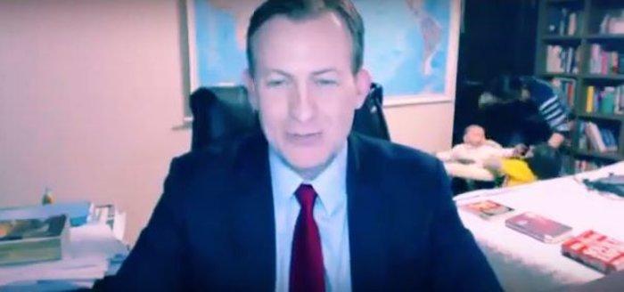 Παιδιά «μπουκάρουν» σε live σύνδεση του μπαμπά τους στο bbc - επικό βίντεο