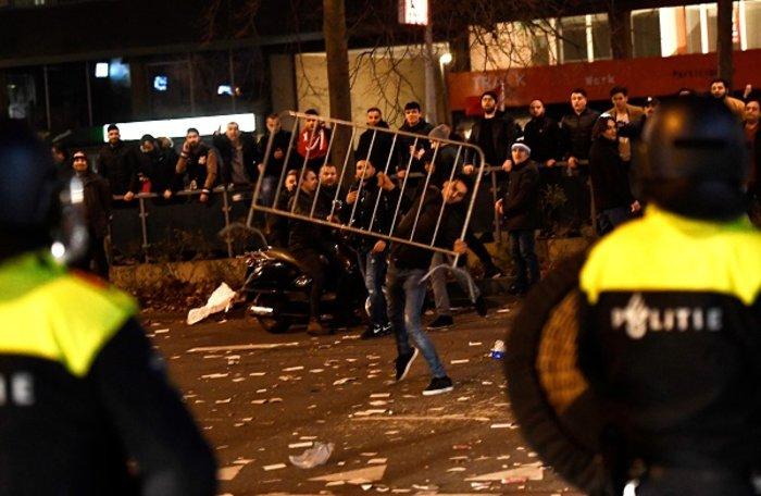 Επεισόδια στην Ολλανδία για την απέλαση της Τουρκάλας υπουργού (ΦΩΤΟ) - εικόνα 4