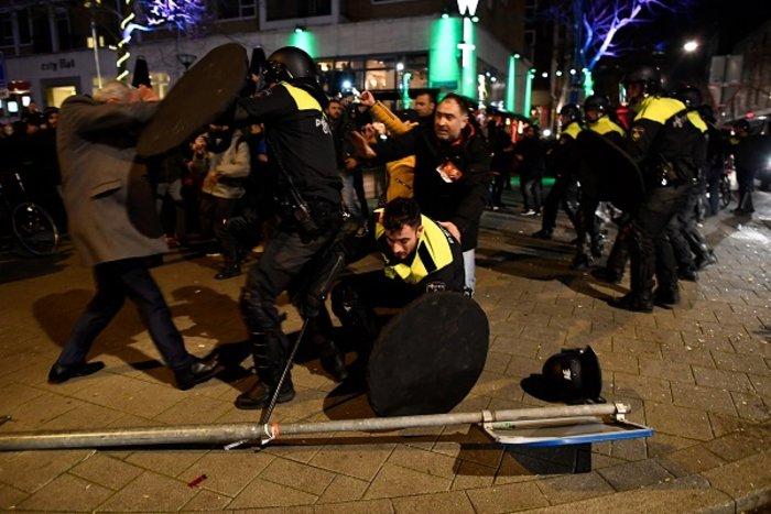 Επεισόδια στην Ολλανδία για την απέλαση της Τουρκάλας υπουργού (ΦΩΤΟ) - εικόνα 7