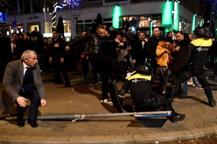 Επεισόδια στην Ολλανδία για την απέλαση της Τουρκάλας υπουργού (ΦΩΤΟ) - εικόνα 8