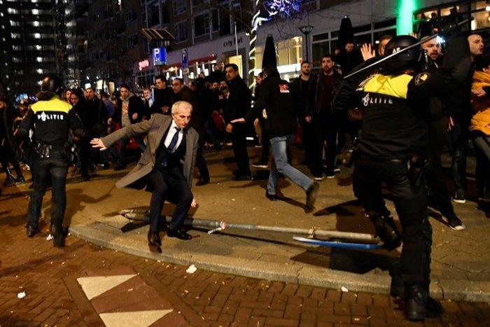 Επεισόδια στην Ολλανδία για την απέλαση της Τουρκάλας υπουργού (ΦΩΤΟ) - εικόνα 9