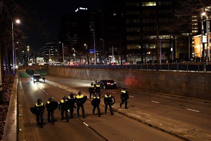 Επεισόδια στην Ολλανδία για την απέλαση της Τουρκάλας υπουργού (ΦΩΤΟ) - εικόνα 12