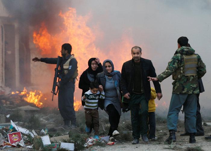 Κόλαση φωτιάς στην Καμπούλ μετά από επίθεση αυτοκτονίας