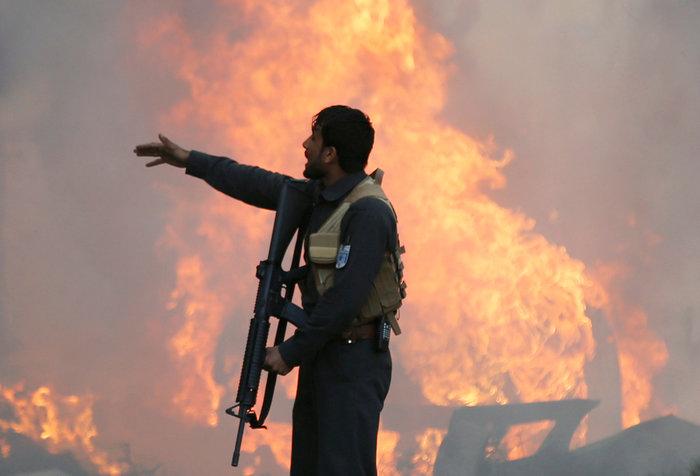 Κόλαση φωτιάς στην Καμπούλ μετά από επίθεση αυτοκτονίας - εικόνα 3