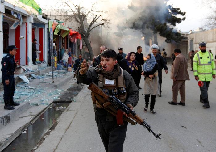 Κόλαση φωτιάς στην Καμπούλ μετά από επίθεση αυτοκτονίας - εικόνα 4