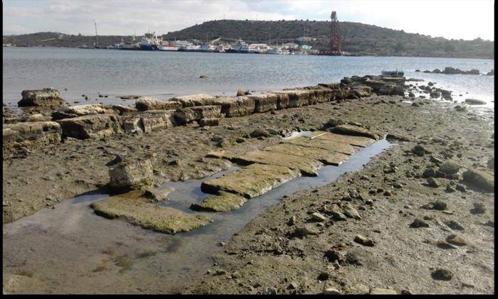 Σαλαμίς. Τμήμα θεμελίωσης στιβαρής κτηριακής ή άλλης κατασκευής της Κλασικής περιόδου, δίπλα σε νεώτερο μώλο από αρχαίο δομικό υλικό, στην βόρεια πλευρά του Όρμου του Αμπελακίου (Φωτογρ. Χρ. Μαραμπέα).