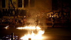 «Πόλεμος» μολότοφ κατά των ΜΑΤ τη νύχτα στα Εξάρχεια