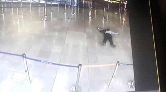 Φωτογραφία με τον δράστη της επίθεσης νεκρό στο αεροδρόμιο