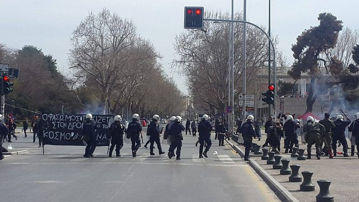 Συμπλοκές σε συγκεντρώσεις αντιεξουσιαστών & ακροδεξιών στον Λευκό Πύργο