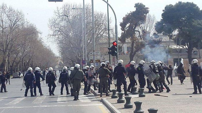 Συμπλοκές σε συγκεντρώσεις αντιεξουσιαστών & ακροδεξιών στον Λευκό Πύργο - εικόνα 2
