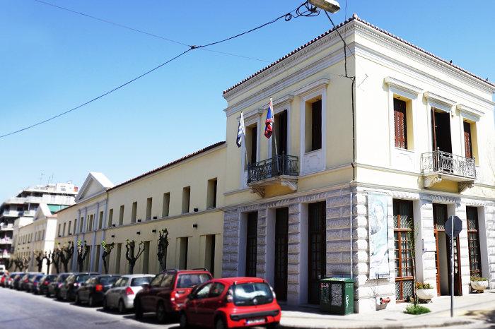 ΔΗΜΟΤΙΚΗ ΠΙΝΑΚΟΘΗΚΗ ΑΘΗΝΩΝΈνα από τα παλαιότερα νεοκλασικά κτίρια της Αθήνας, έργο του Δανού αρχιτέκτονα Christian Hansen, που λειτούργησε ως το 1975 ως εργοστάσιο, αποκαταστάθηκε το 2005 και από το 2010 στεγάζει τη νέα Δημοτική Πινακοθήκη Αθηνών.
