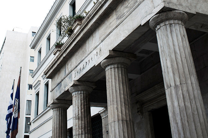 ΔΗΜΑΡΧΕΙΟ ΑΘΗΝΩΝΤο κτίριο που στεγάζει το Δημαρχείο των Αθηνών σχεδιάστηκε το 1872 από τον Π. Κάλκο και πέρασε από διάφορες φάσεις κατασκευής και μετατροπών, με χαρακτηριστικές των ετών 1901 και 1937. Η σημερινή του μορφή είναι αποτέλεσμα της αποκατάστασης του 1995 από την Μ. Δανιήλ.