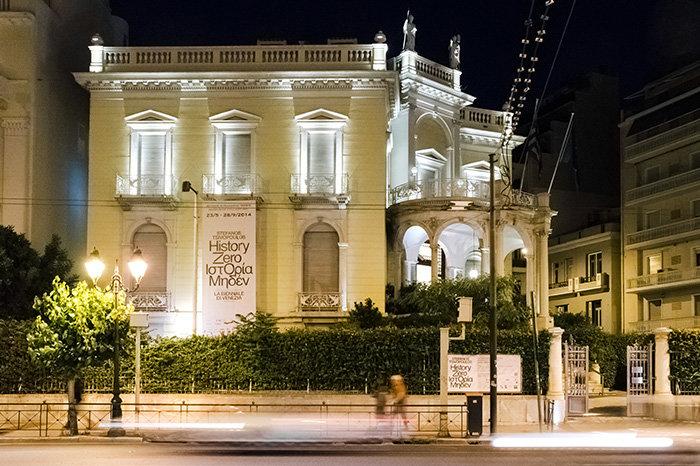 ΜΟΥΣΕΙΟ ΚΥΚΛΑΔΙΚΗΣ ΤΕΧΝΗΣΔυο κτίρια που κατασκευάστηκαν με διαφορά ενός αιώνα αποτελλούν σήμερα το Μουσέιο Κυκλαδικής Τέχνης. Το πρώτο (Μέγαρο Σταθάτου) σχεδιασμένο από τον Ερν. Τσιλλερ το 1895, το οποίο αναπαλαιώθηκε το 1982 από τον Π. Καλλιγά, ενώ το δεύτερο (Κεντρικό Κτίριο) σχεδιασμένο από τον Ι. Βικέλα το 1985. Το 2015 το γραφείο Kois Associated Architects ανακαίνισε το πωλητήριο και το καφέ του μουσείου.