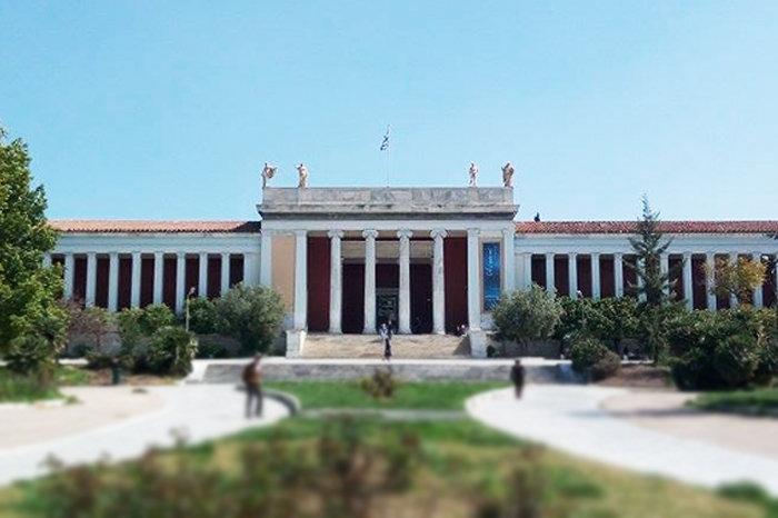 ΕΘΝΙΚΟ ΑΡΧΑΙΟΛΟΓΙΚΟ ΜΟΥΣΕΙΟΗ αρχική κάτοψη του Ludwig Lange τροποποιείται από τους Παναγή Κάλκο και Ernest Ziller, και στα τέλη του 19ου αιώνα εγκαινιάζεται το νεοκλασικό κτίριο έκτασης 8.000 τ.μ που στεγάζει τη συλλογή του Εθνικού Αρχαιολογικού Μουσείου.