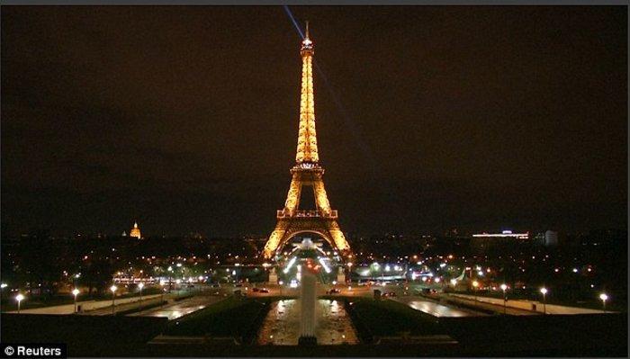 Επίθεση στο Λονδίνο: Ο πύργος του Άιφελ έσβησε τα φώτα του (ΦΩΤΟ)