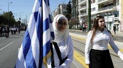 Η σημαιοφόρος από το Αφγανιστάν με τη μαντίλα (ΦΩΤΟ)