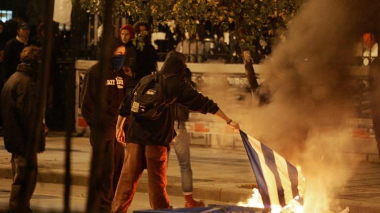 Πάτρα: Κατέβασαν & έκαψαν τις σημαίες από το μνημείο πεσόντων