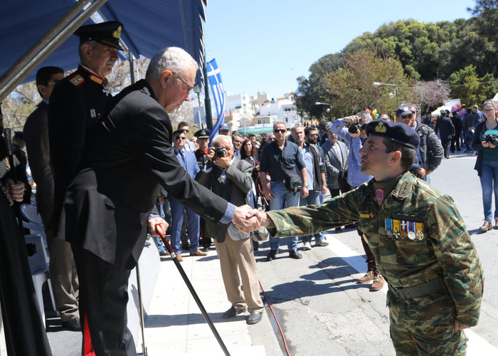 Αποδοκίμασαν τον Ζουράρι στην Κρήτη για τις δηλώσεις του