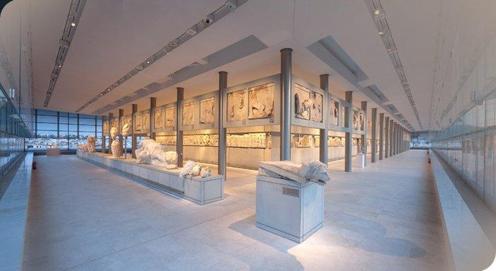 Κοσμοσυρροή και Μπομπ Γουίλσον στο Μουσείο Ακρόπολης