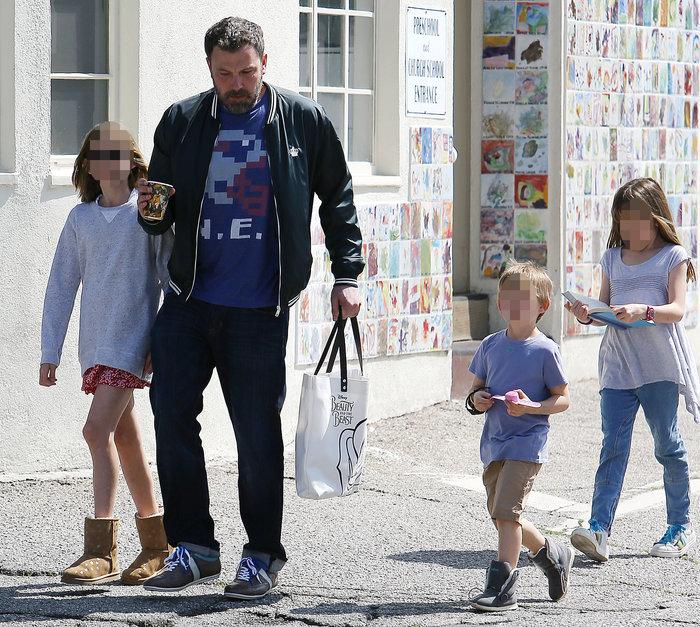 Ο Αφλεκ στην εκκλησία με τα παιδιά του, μετά την απεξάρτηση