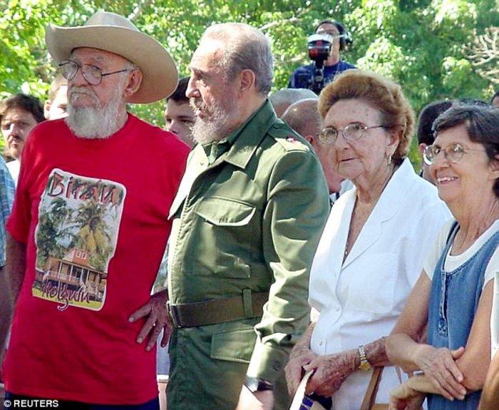 Η Αγκουστίνα Κάστρο (τέρμα δεξιά στη φωτογραφία) με τα αδέλφια της.
